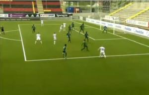Jogadores de Artsakh (de branco) em frente ao gol de Darfur
