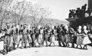 Dancarinos celebrando a proclamação da república armênia
